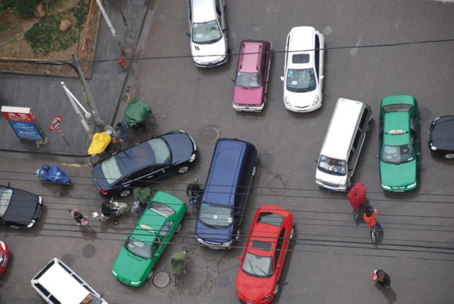 Without lines or traffic lights, a variety of vehicles jammed in the middle of the street. Photo: Let Ideas Compete