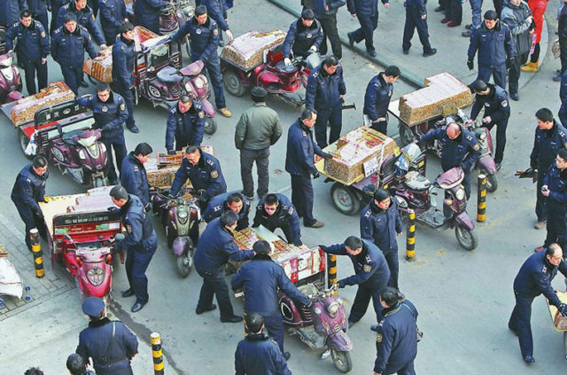 Xinjiang qiegao on tricycles with Uyghur sellers in December 2012. Source: News.house365