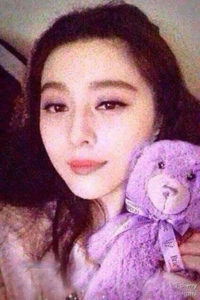 Zhang Xinyu posted a photo of herself with a lavender-coloured plush bear from a lavender estate in Tasmania. Chinese tourists descended on the town en masse to snap up the same bear Photo: Zhang Xinyu/Weibo