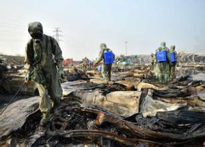 Military rescuers clear chemicals from the Tianjin blast site Image: img4.imgtn.bdimg.com